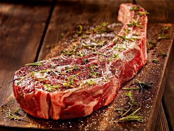 Carne maturada e carne marmorizada (na foto) são conhecida pela maciez e sabor marcante